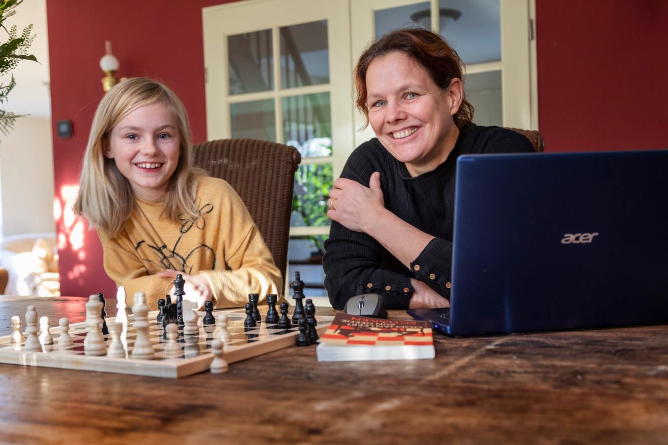 Charlotte van der Vorm schaakt met haar dochter.