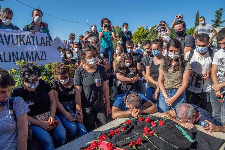 De uitvaart van Ebru Timtik, afgelopen vrijdag. De 42-jarige advocate overleed donderdag als gevolg van een hongerstaking. Beeld AFP