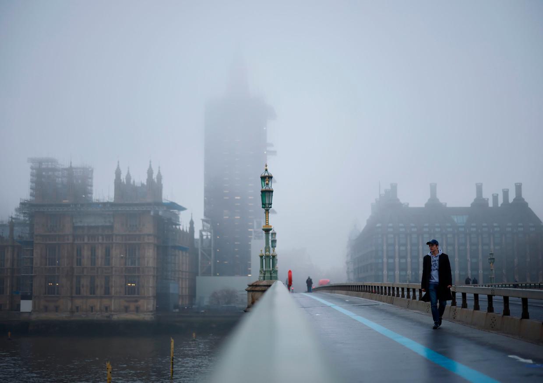 Voetgangers lopen over Westminster Bridge in Londen.