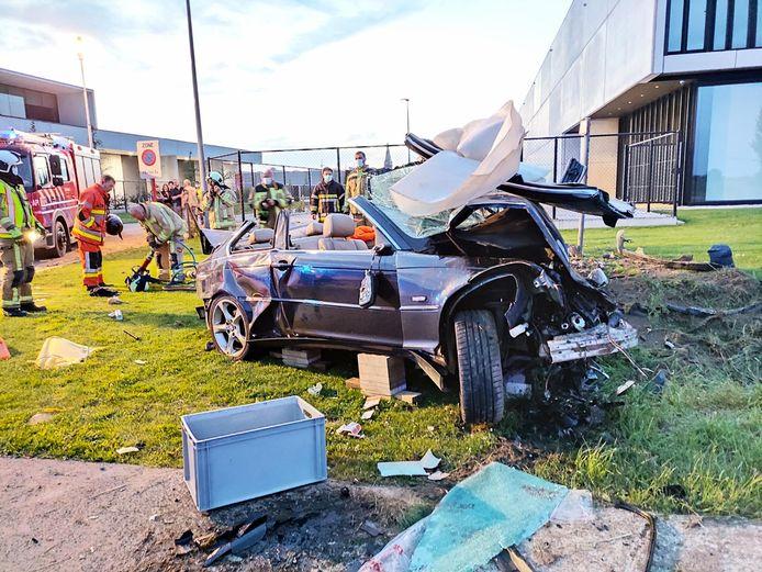 De brandweer moest het dak van de auto open knippen om de bestuurder veilig uit zijn verhakkeld voertuig te halen