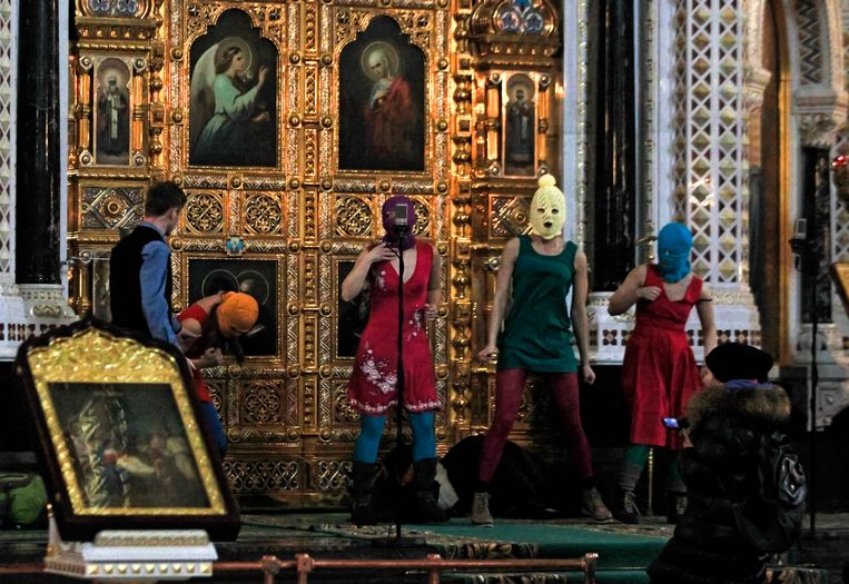 """In 2012 voerden de drie leden van Pussy Riot een """"punkgebed"""" op in de Christus Verlosserkathedraal in Moskou."""