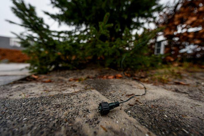 De kerstboom bij het schoolplein van de Bongerd is al voor de tweede keer in een week tijd vernield.