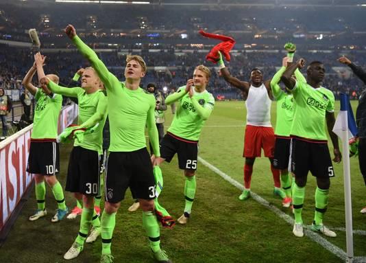 De Ajax-spelers juichen.