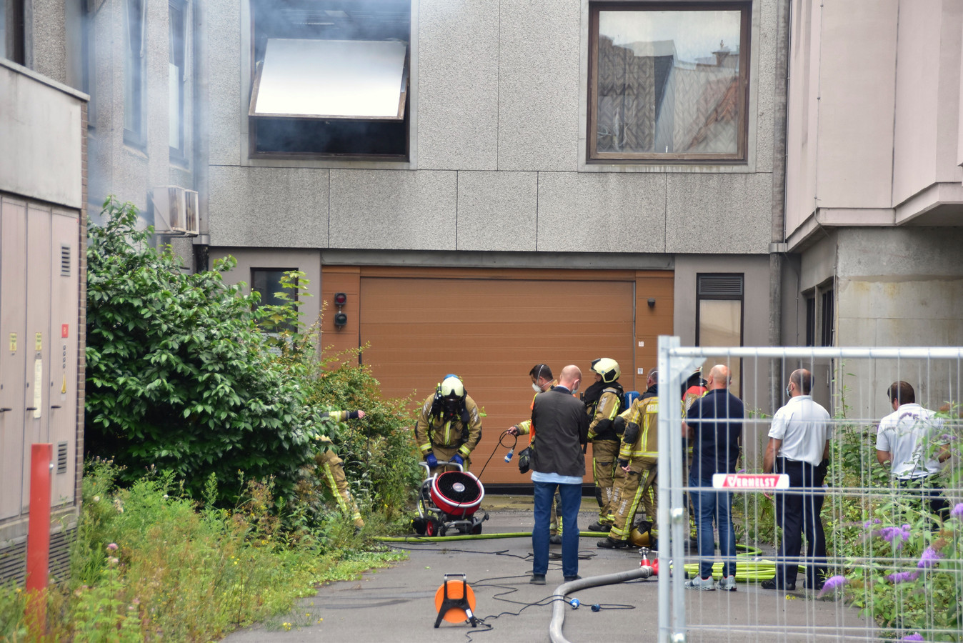 De brand in de voormalige Sint-Maartenskliniek in Kortrijk woedde in één van de kamers aan de zijkant van het gebouw.
