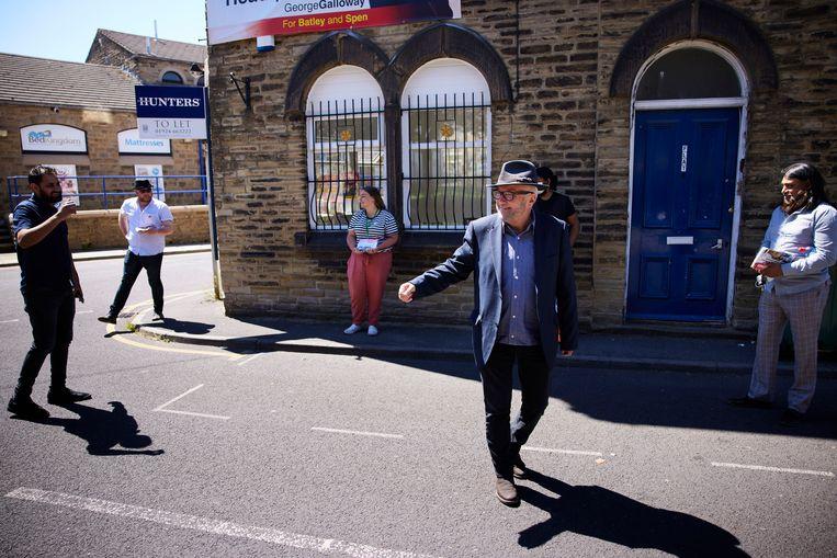George Galloway bij zijn campagnekantoor in Batley, waar donderdag tussentijdse verkiezingen worden gehouden voor een zetel in het Lagerhuis. Beeld Christopher Thomond / Hollandse Hoogte