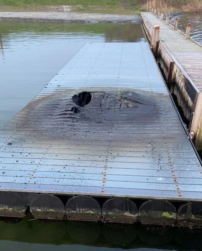 De gloednieuwe waterskisteiger bij Veere werd na één dag al vernield.