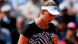 """VIDEO. Elise Mertens overleeft eerste ronde in Parijs na driesetter tegen Sloveense: """"Geef mezelf 7/10"""""""
