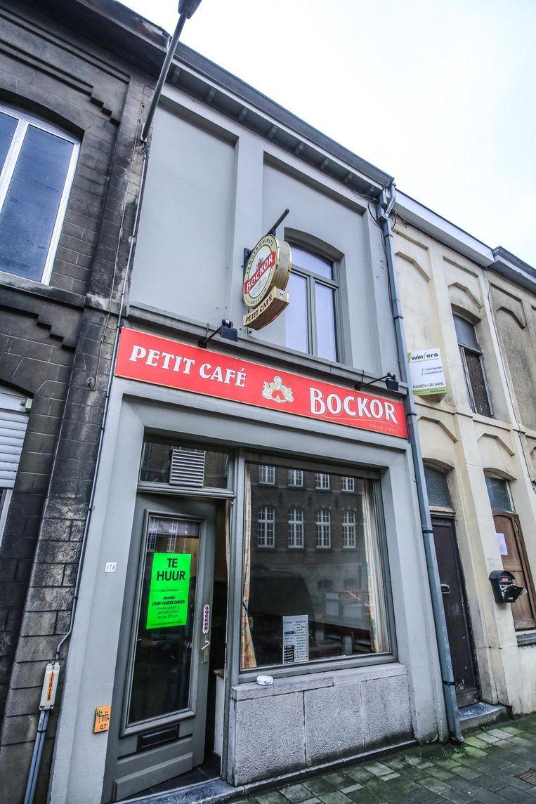Aan de deur van Petit Café hangt al een bordje 'te huur'.