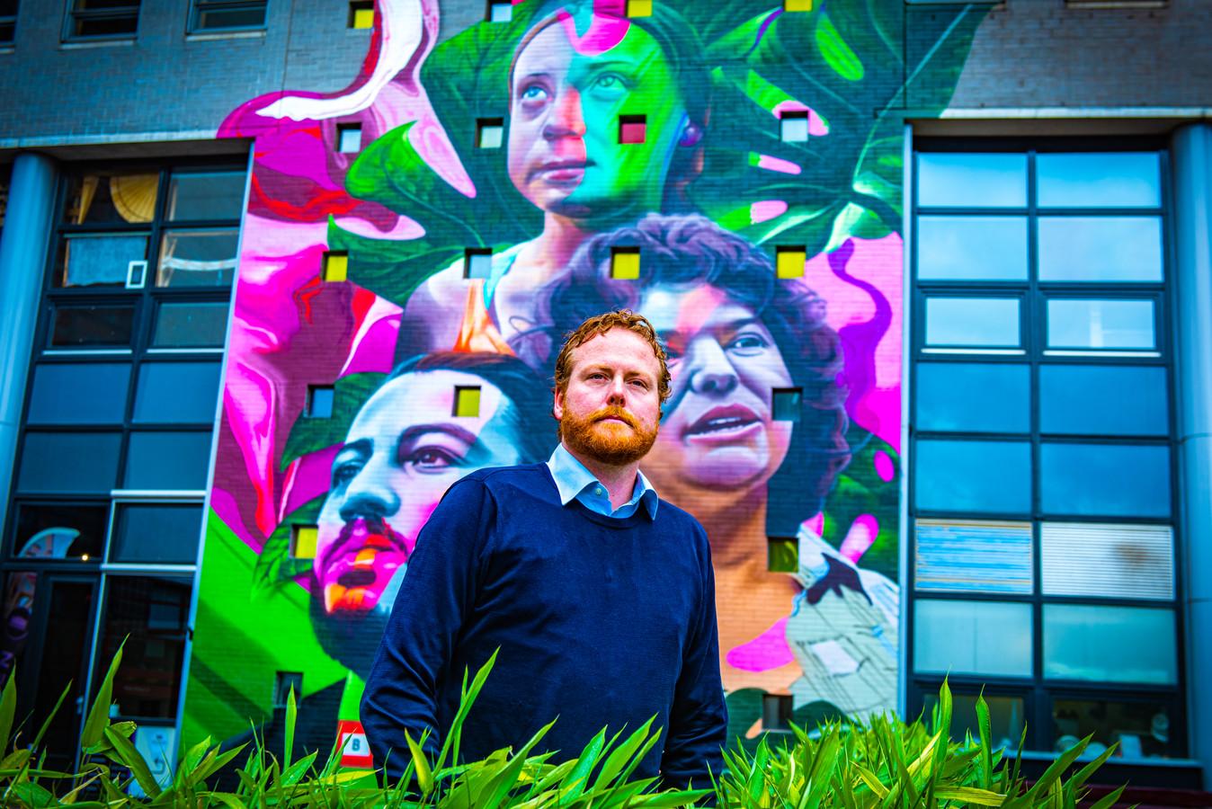 Sebastiaan van der Zwaan, directeur van Justice and Peace, is heel trots op de muurschildering.