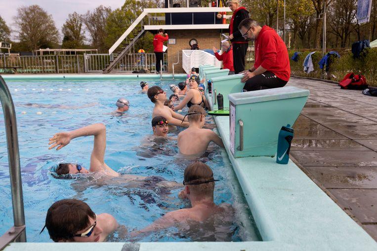 Zwemvereniging de Berkelduikers, uit Lochem traint in het openluchtbad in Ruurlo. Beeld Herman Engbers