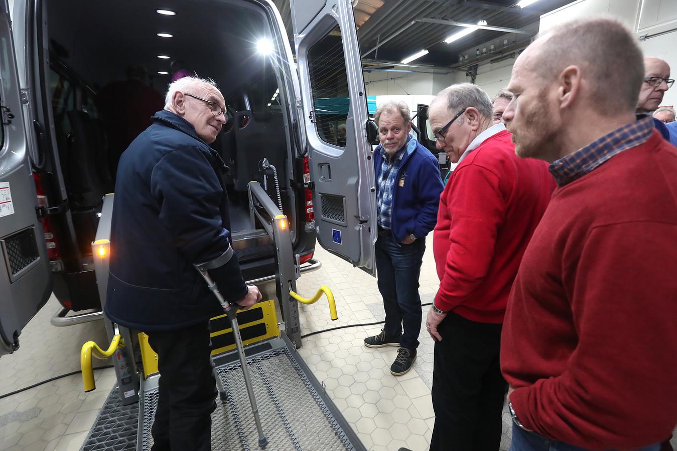 Demonstratie van de tweede Vlearmoesbus in Neede.