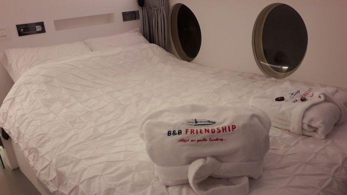 B&B in Fokker 27 in Hoogerheide, bed met passende badjassen