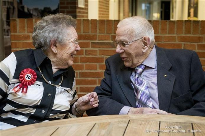 Na 70 jaar huwelijk zien Ger en Corrie Wienesen elkaar slechts een uurtje per dag, maar dat is nog steeds leuk.