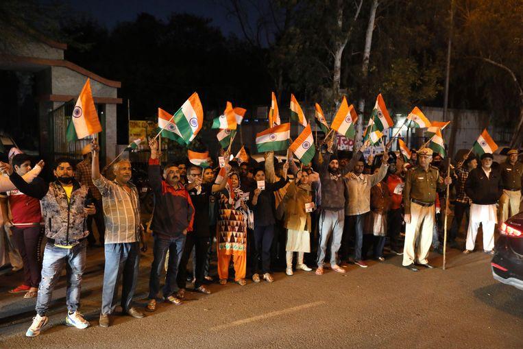 Buiten de gevangenis betuigden demonstranten met de nationale vlag en leuzen hun steun aan het vonnis.  Beeld AP
