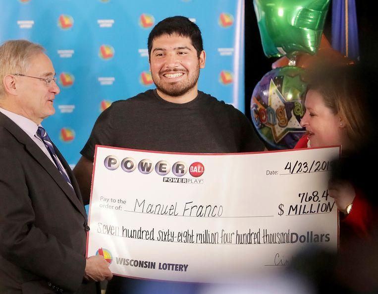 Manuel Franco poseert trots met zijn cheque.