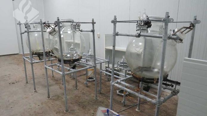 Het Friese drugslab dat door de politie werd gevonden.