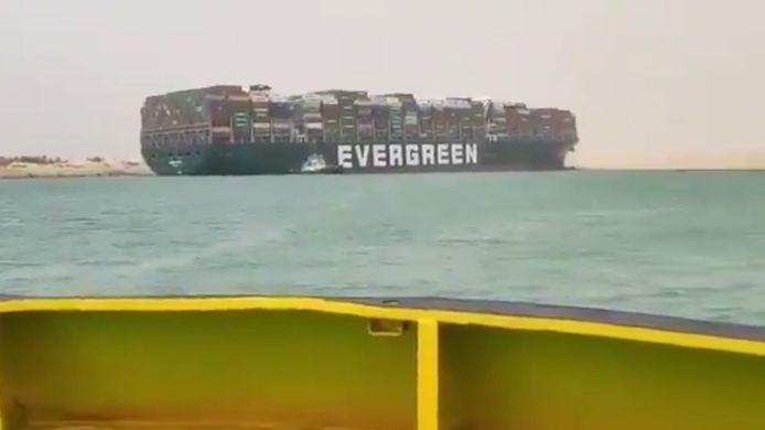 Het Suezkanaal in Egypte is geblokkeerd door een groot containerschip dat is gestrand toen het een draaimanoeuvre uitvoerde in het kanaal. Door het incident loopt het scheepvaartverkeer in het belangrijke kanaal vertraging op.