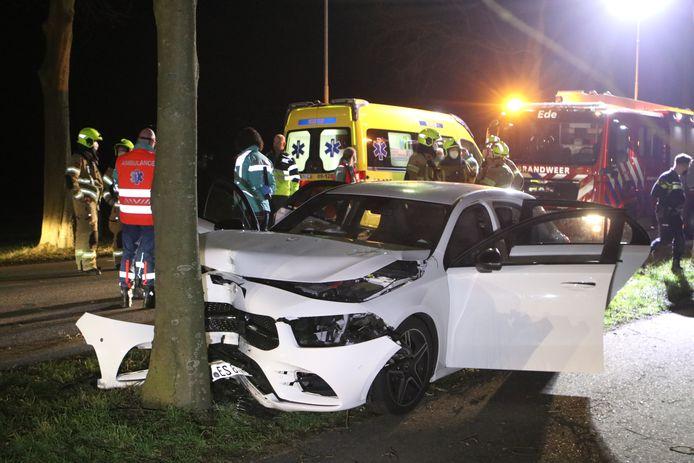 De zwaar beschadigde auto in Ede na het ongeluk.