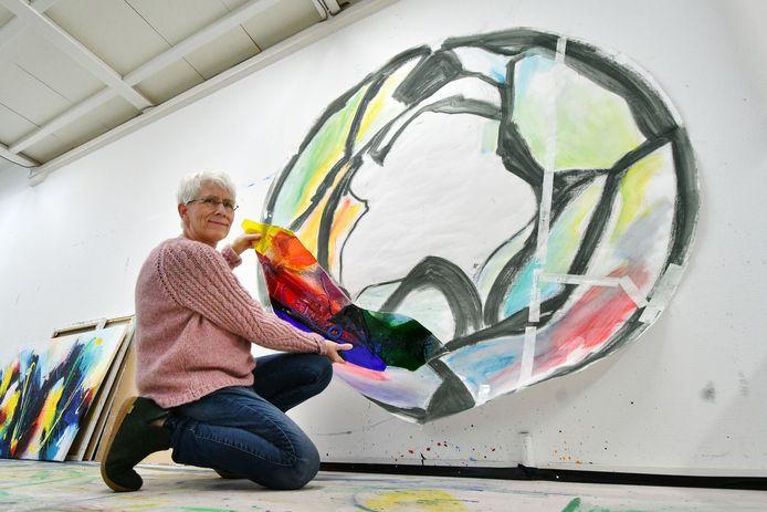 In haar glasstudio bij haar Borculose woning past Annemiek Punt een paneel van het kunstwerk 'Verbondenheid' op het ontwerp aan de muur. Eind maart wordt het geplaatst en onthuld in Ootmarsum voor de galerie aan de Kloosterstraat.
