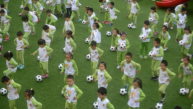 Een voetbalspel op het kinderdagverblijf van de universiteit van Yangzhou. Beeld getty
