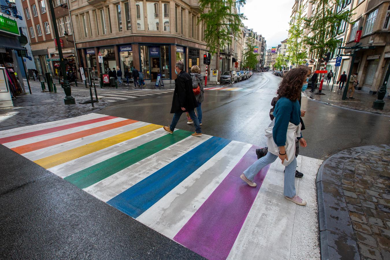 Een regenboogzebrapad in Brussel.