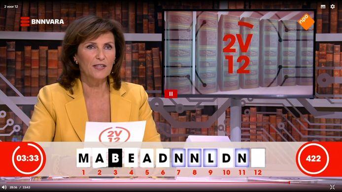 De D van Delfgaauw op nummer 10... Presentatrice Astrid Joosten hoort het antwoord van de kandidaten.