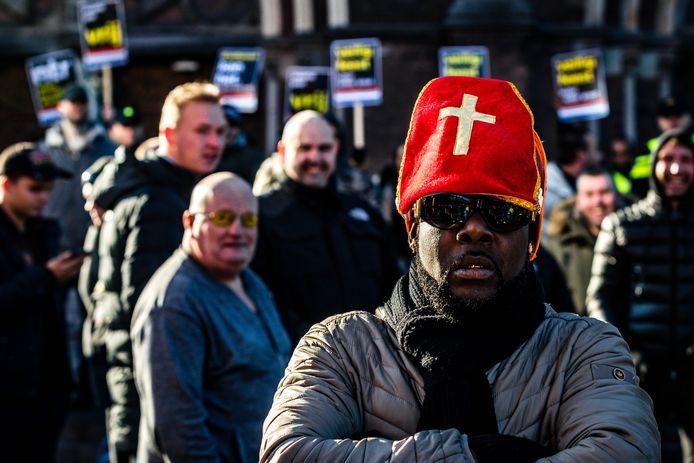 Leden van de harde kern van PSV geven een tegendemonstratie op de actie van Kick Out Zwarte Piet tijdens de intocht van Sinterklaas in Eindhoven.