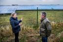 Nette Kruzenga en René Cordes aan de rand van het op één na grootste zonnepark van Nederland in Sappemeer.