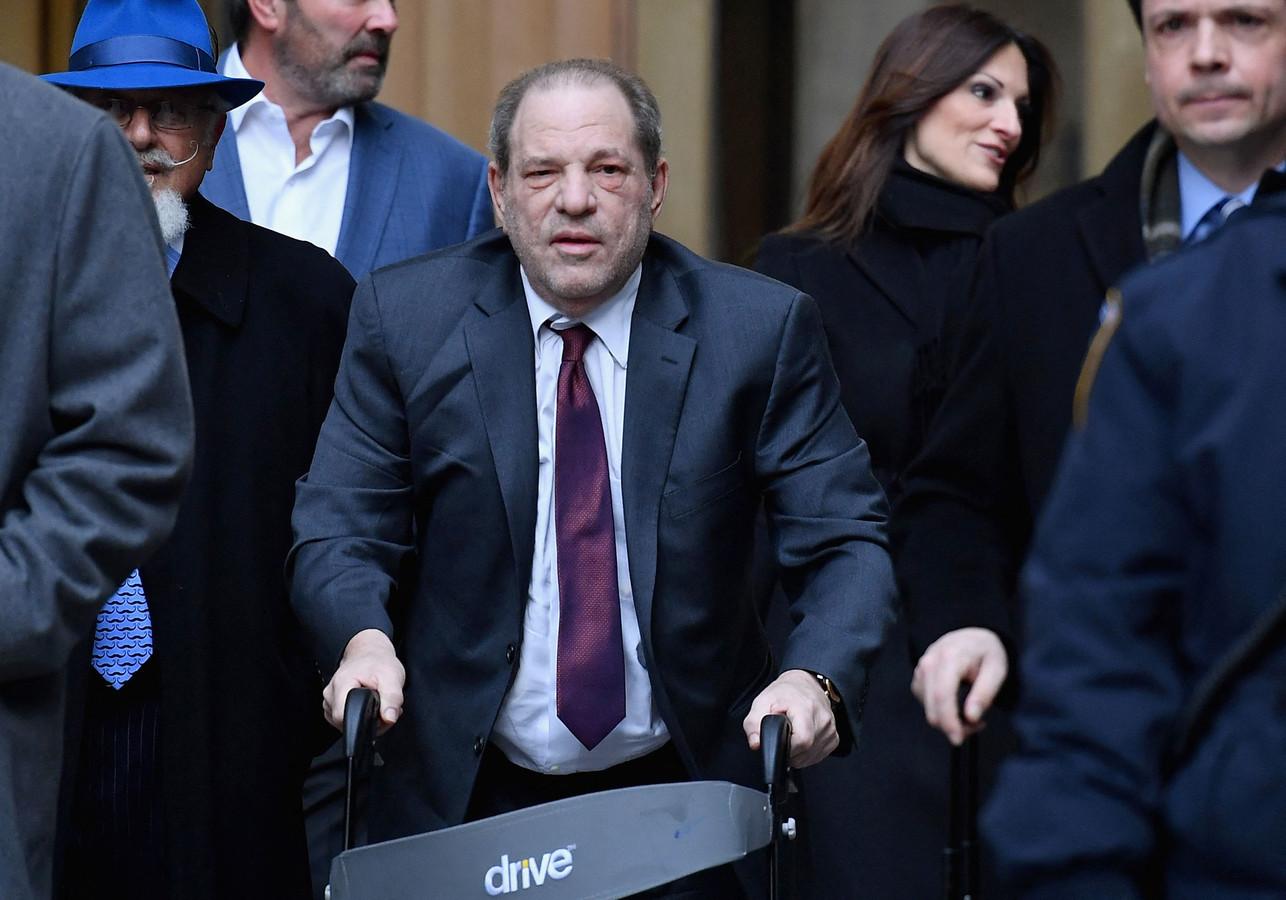 Hollywoodproducent Harvey Weinstein (midden met rollator) na een rechtszitting in New York in februari vorig jaar.