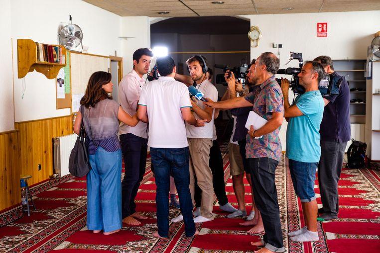 Media in de moskee van het Spaanse Ripoll, van waaruit imam Abdelbaki Es Satty opereerde. Beeld Benoit De Freine