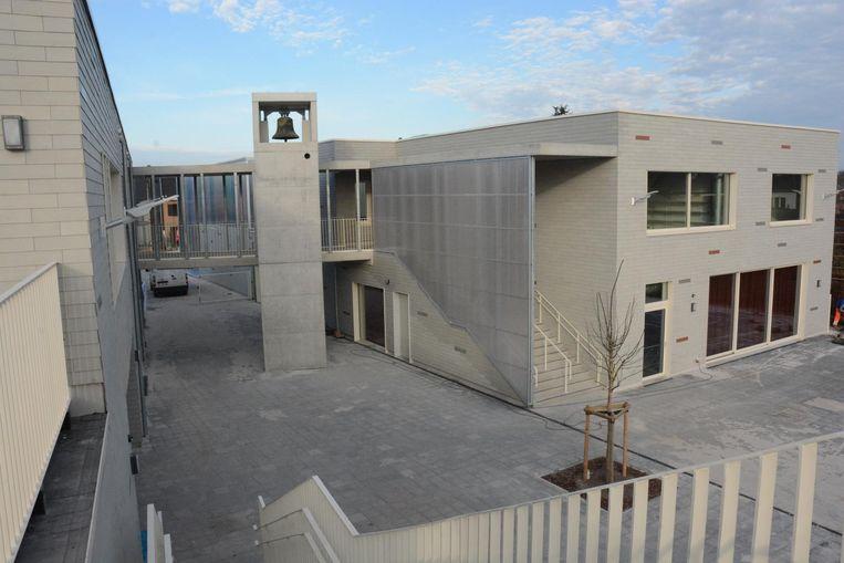 De kerkklok heeft nu een plekje bovenaan de liftschacht in de school.