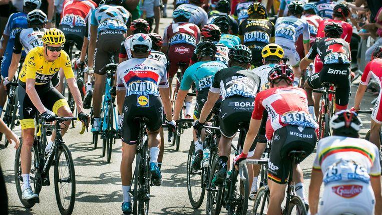 Chris Froome draait direct na de finish van de zesde etappe in Troyes richting het podium voor de huldiging recht tegen het peloton in Beeld Klaas Jan van der Weij