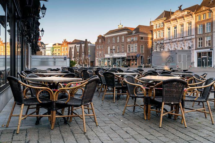 Den Bosch, lege terrasjes op de markt.  Het kabinet besloot vandaag vanwege het coronavirus  de horeca tot 20 mei op te hokken.