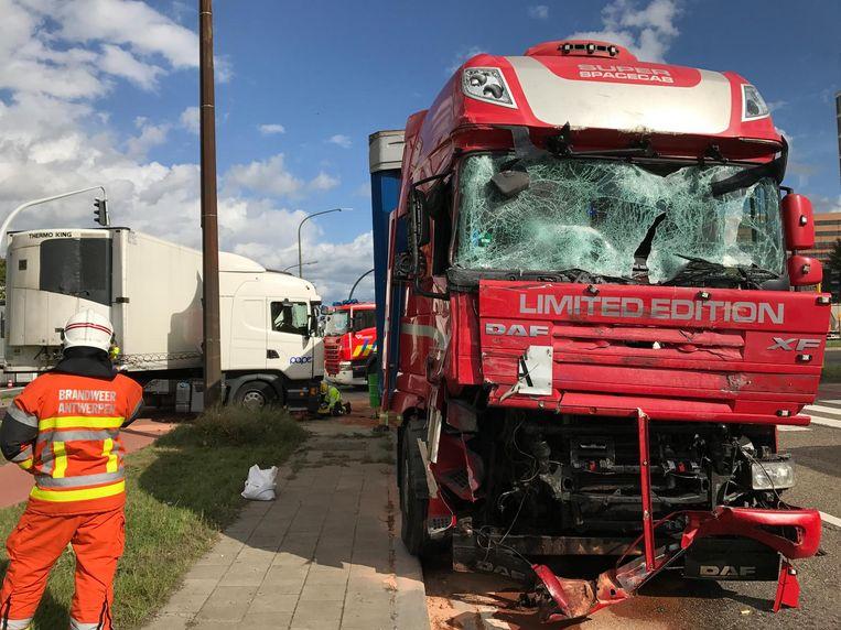 De zwaar beschadigde voorkant van een van de vrachtwagens.