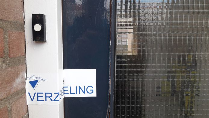 Verzegelde voordeur drugspand in de Terneuzense binnenstad.