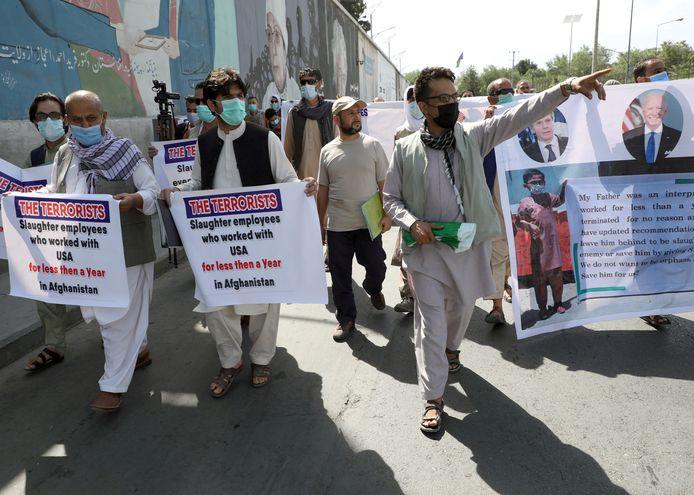 Afghaanse tolken die met de Amerikaanse troepen werkten, demonstreerden vorige maand bij de Amerikaanse ambassade in Kabul.