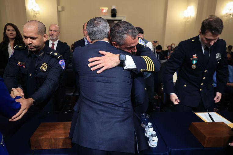 Vier politiemensen deelden gisteren in het Congres wat zij die dag hebben gezien en meegemaakt.  Beeld Getty Images
