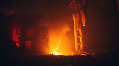 Loods verwoest na brand in militaire kazerne in Peutie