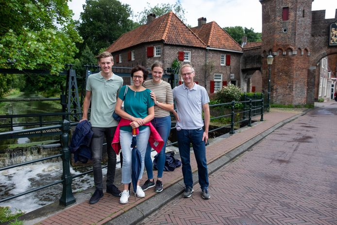 Zuid-Limburgers Stef (18), Audrey (50), Loes (21) en Maurice (54) Kerckhoffs  zijn in hun sas met een stadswandeling door Amersfoort.