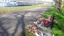 Bloemen bij Amsterdam-Rijnkanaal op de plek waar Bas Vijzelaar dood gevonden werd.