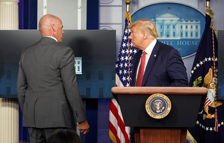 Le président des États-Unis a été prestement escorté loin de son pupitre et mis à l'abri par sa garde rapprochée à la suite d'un incident à l'extérieur de la Maison Blanche.