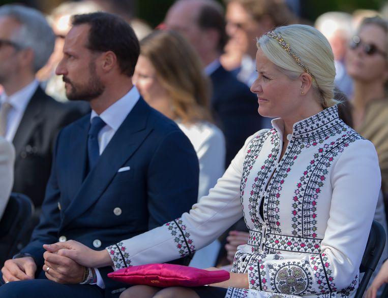 Kroonprins Haakon van Noorwegen met kroonprinses Mette-Marit bij een formele bijeenkomst op 7 juni 2015. Beeld Getty Images