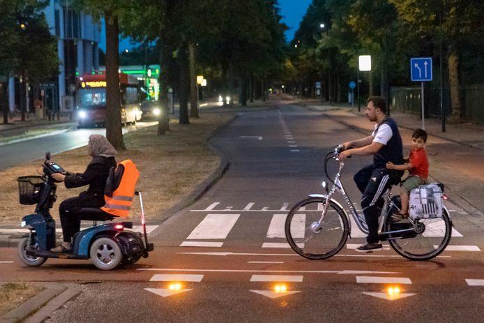 Bij de rotonde op de kruising van de Sint Teunislaan en Rompertsebaan zijn ledlampjes geplaatst die oplichten zodra een fietser oversteekt om auto's te waarschuwen.