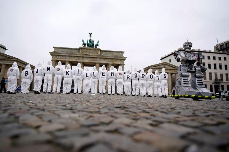 Beeld van activisten voor de 'Campaign to Ban Killer Robots' aan de Brandenburgse Poort in Berlijn in maart 2019. Beeld EPA
