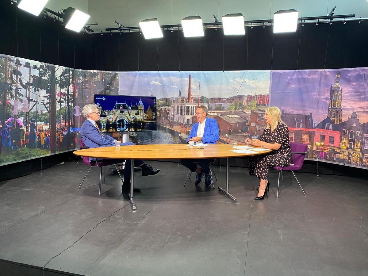 Burgemeester Bolsius (links) tijdens de eerste editie van de Stadsdialoog in geanimeerd debat met presentatoren Jeroen Stomphorst en Pernille La Lau.