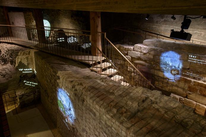 Een blik in een van de ondergrondse ruimtes van museum De Bastei aan de Waalkade in Nijmegen. Wie een pprojectie aanraakt, krijgt een video te zien met meer informatie.