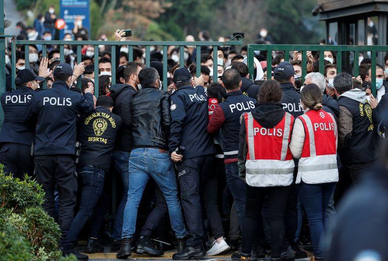 De oproeppolitiek blokkeert de voornaamste toegang tot de universiteit, zodat studenten de campus niet af kunnen. Beeld REUTERS