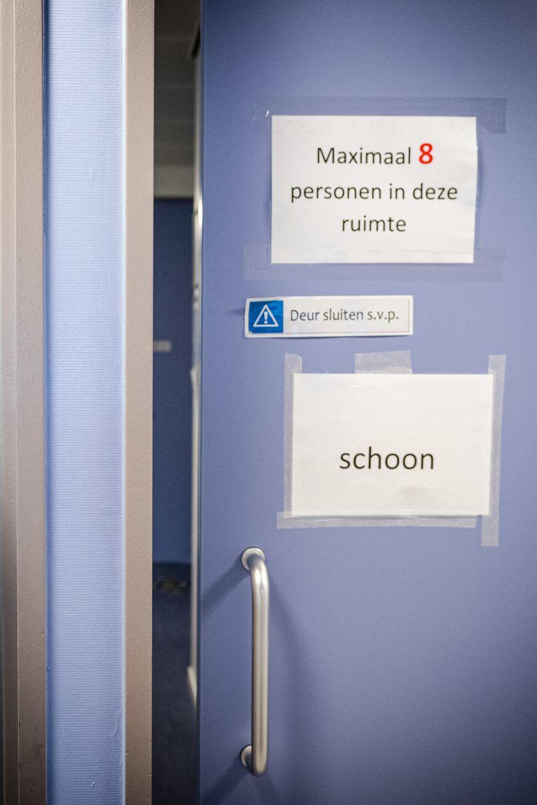 De verpleging van een coronapatiënt op de cohortafdeling van het Elisabeth TweeSteden Ziekenhuis. Beeld Hollandse Hoogte /  ANP