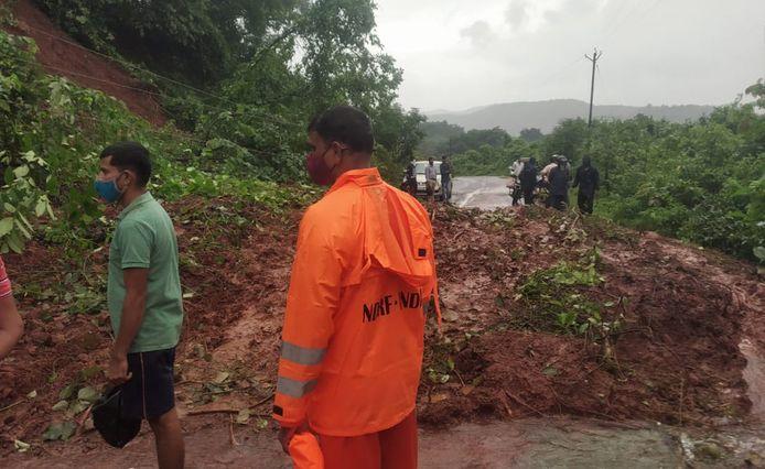 Een van de vele door aardverschuivingen afgesloten wegen in het centrale deel van India.