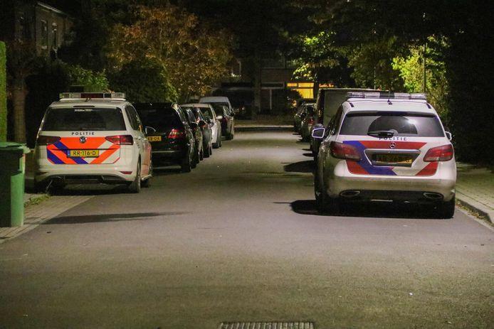 Politieauto's in de Puccinistraat in Zevenaar.